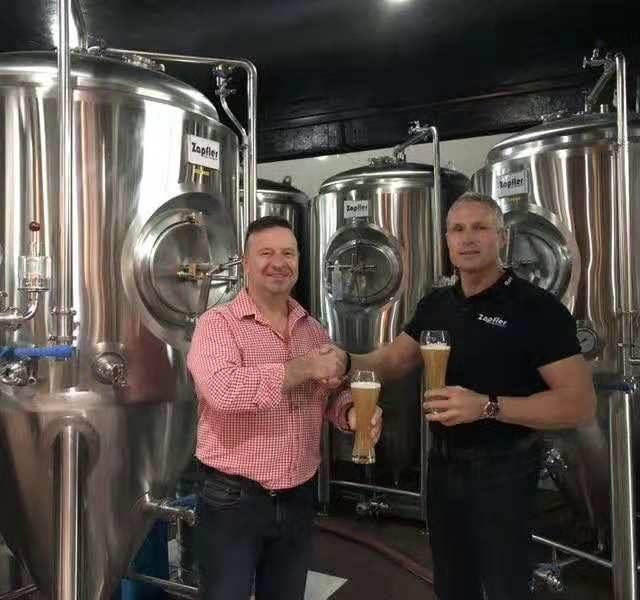 http://zapfler-craft-beer.com/wp-content/uploads/2018/11/cheers-brewmaster-dirk-rolf-640x600.jpg