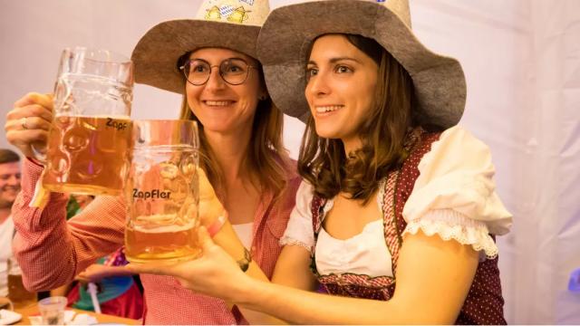 oktoberfest-girls-zapfler