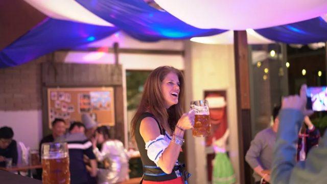 oktoberfest-zapfler-beer-girl